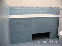 экран под  ванной из плитки с нишей для ног